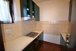 Кухня. Черногория, Костаньица : Современный апартамент для 4 человек, с 2-мя отдельными спальнями, с террасой с шикарным видом на море, 10 метров до пляжа