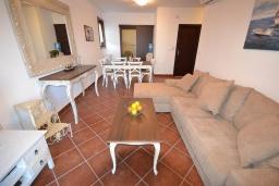 Гостиная. Черногория, Костаньица : Современный апартамент для 4 человек, с 2-мя отдельными спальнями, с террасой с шикарным видом на море, 10 метров до пляжа