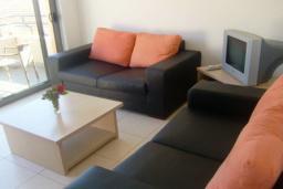 Гостиная. Черногория, Бечичи : Современный апартамент с отдельной спальней и балконом с видом на море
