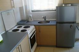 Кухня. Черногория, Бечичи : Современный апартамент с отдельной спальней и балконом с видом на море