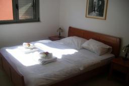 Спальня. Черногория, Бечичи : Современный апартамент с отдельной спальней и балконом с видом на море