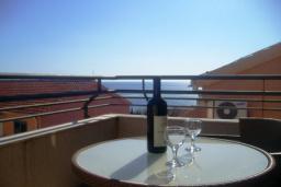 Балкон. Черногория, Бечичи : Современный апартамент с отдельной спальней и балконом с видом на море