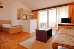 Гостиная. Черногория, Петровац : Апартаменты на 3-5 персоны, с отдельной спальней, с балконом