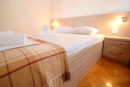 Спальня. Черногория, Петровац : Апартаменты на 3-5 персоны, с отдельной спальней, с балконом