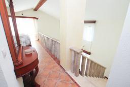 Лестница наверх. Черногория, Герцег-Нови : Вилла с бассейном, гостиной, четырьмя спальнями, двумя ванными комнатами.