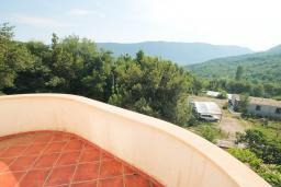 Балкон. Черногория, Герцег-Нови : Вилла с бассейном, гостиной, четырьмя спальнями, двумя ванными комнатами.