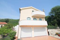 Фасад дома. Черногория, Герцег-Нови : Вилла с бассейном, гостиной, четырьмя спальнями, двумя ванными комнатами.