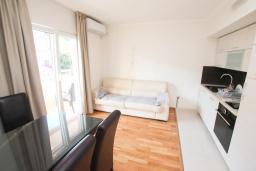 Гостиная. Черногория, Игало : Уютный апартамент для 4-6 человек, с 2-мя отдельными спальнями, 20 метров до моря