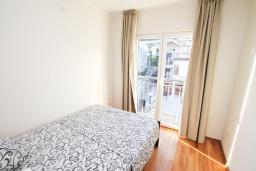 Спальня. Черногория, Игало : Уютный апартамент для 4-6 человек, с 2-мя отдельными спальнями, 20 метров до моря