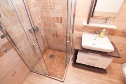 Ванная комната. Черногория, Игало : Уютный апартамент для 4-6 человек, с 2-мя отдельными спальнями, 20 метров до моря