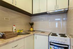 Кухня. Черногория, Дженовичи : Апартамент в 20 метрах от пляжа, с гостиной и двумя отдельными спальнями