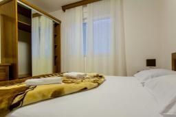 Спальня. Черногория, Дженовичи : Апартамент в 20 метрах от пляжа, с гостиной и двумя отдельными спальнями