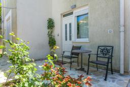 Вход. Черногория, Дженовичи : Апартамент в 20 метрах от пляжа, с гостиной и двумя отдельными спальнями