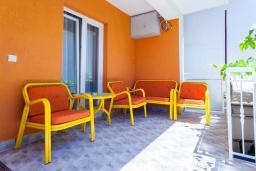 Терраса. Черногория, Дженовичи : Апартамент в 20 метрах от пляжа, с гостиной и двумя отдельными спальнями