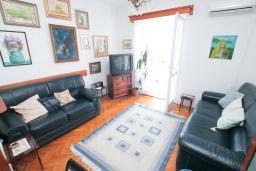 Гостиная. Черногория, Игало : Апартамент с отдельной спальней, с большим балконом, 50 метров до моря