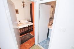 Коридор. Черногория, Игало : Апартамент с отдельной спальней, с большим балконом, 50 метров до моря