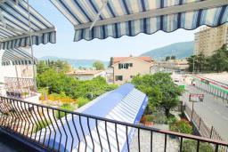 Вид на море. Черногория, Игало : Апартамент с отдельной спальней, с большим балконом, 50 метров до моря