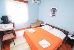Спальня. Черногория, Игало : Комната для 2-3 человек в 50 метров до пляжа