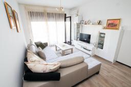 Гостиная. Черногория, Будва : Апартамент в 100 метрах от моря, с гостиной, отдельной спальней и террасой
