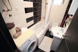 Ванная комната. Черногория, Будва : Апартамент в 100 метрах от моря, с гостиной, отдельной спальней и террасой