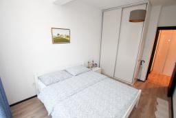 Спальня. Черногория, Будва : Апартамент в 100 метрах от моря, с гостиной, отдельной спальней и террасой