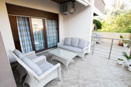 Терраса. Черногория, Будва : Апартамент в 100 метрах от моря, с гостиной, отдельной спальней и террасой