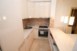 Кухня. Черногория, Бечичи : Апартамент в 100 метрах от пляжа, с гостиной и отдельной спальней.