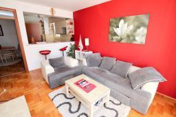 Гостиная. Черногория, Будва : Апартамент с гостиной, отдельной спальней и большим балконом.