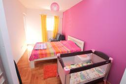 Спальня. Черногория, Будва : Апартамент с гостиной, отдельной спальней и большим балконом.