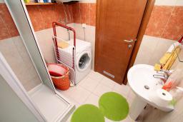 Ванная комната. Черногория, Будва : Апартамент с гостиной, отдельной спальней и большим балконом.