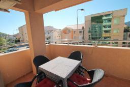 Балкон. Черногория, Будва : Апартамент с гостиной, отдельной спальней и большим балконом.