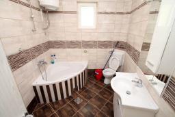Ванная комната. Черногория, Герцег-Нови : Апартамент с балконом и видом на море, для 2-4 человек