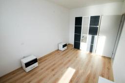 Спальня. Черногория, Герцег-Нови : Апартамент с балконом и видом на море, для 2-4 человек
