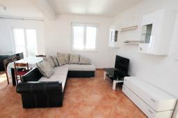 Гостиная. Черногория, Герцег-Нови : Апартамент с балконом и видом на море, для 2-4 человек