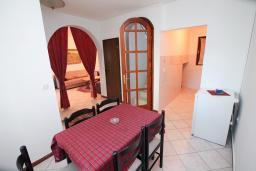Обеденная зона. Черногория, Зеленика : 3-х этажный каменный дом возле моря, с гостиной, 5-ю спальнями, двумя ванными комнатами, террасой и балконом