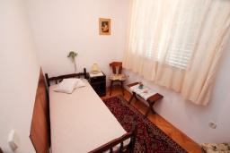 Спальня. Черногория, Зеленика : 3-х этажный каменный дом возле моря, с гостиной, 5-ю спальнями, двумя ванными комнатами, террасой и балконом