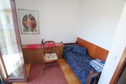 Спальня 3. Черногория, Зеленика : 3-х этажный каменный дом возле моря, с гостиной, 5-ю спальнями, двумя ванными комнатами, террасой и балконом