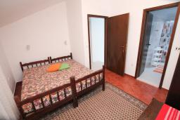 Спальня 4. Черногория, Зеленика : 3-х этажный каменный дом возле моря, с гостиной, 5-ю спальнями, двумя ванными комнатами, террасой и балконом