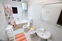 Ванная комната 2. Черногория, Зеленика : 3-х этажный каменный дом возле моря, с гостиной, 5-ю спальнями, двумя ванными комнатами, террасой и балконом
