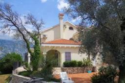 Фасад дома. Черногория, Муо : Вилла с бассейном и шикарным видом на море, гостиная, 6 спален, 3 ванные комнаты, Wi-Fi