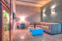 Гостиная. Черногория, Крашичи : Роскошная вилла с частным пляжем и шикарным видом на море, 4 спальни, 5 ванных комнат, джакузи, большая терраса, Wi-Fi