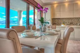 Кухня. Черногория, Крашичи : Роскошная вилла с частным пляжем и шикарным видом на море, 4 спальни, 5 ванных комнат, джакузи, большая терраса, Wi-Fi