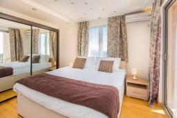 Спальня. Черногория, Кримовица : Вилла с бассейном и шикарным видом на море, гостиная, 4 спальни, 3 ванные комнаты, терраса для отдыха, Wi-Fi