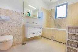 Ванная комната. Черногория, Кримовица : Вилла с бассейном и шикарным видом на море, гостиная, 4 спальни, 3 ванные комнаты, терраса для отдыха, Wi-Fi