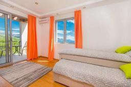 Спальня 2. Черногория, Кримовица : Вилла с бассейном и шикарным видом на море, гостиная, 4 спальни, 3 ванные комнаты, терраса для отдыха, Wi-Fi