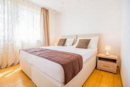 Спальня 4. Черногория, Кримовица : Вилла с бассейном и шикарным видом на море, гостиная, 4 спальни, 3 ванные комнаты, терраса для отдыха, Wi-Fi