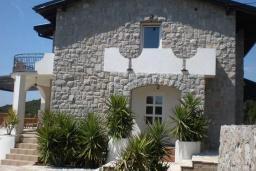 Фасад дома. Черногория, Кримовица : Двухэтажный каменный дом с шикарным видом на море, гостиная, 5 спален, 3 ванные комнаты, место для парковки и место для барбекю