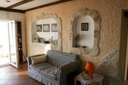 Гостиная. Черногория, Кримовица : Двухэтажный каменный дом с шикарным видом на море, гостиная, 5 спален, 3 ванные комнаты, место для парковки и место для барбекю