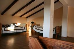 Спальня. Черногория, Кримовица : Двухэтажный каменный дом с шикарным видом на море, гостиная, 5 спален, 3 ванные комнаты, место для парковки и место для барбекю