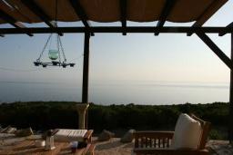 Вид на море. Черногория, Кримовица : Двухэтажный каменный дом с шикарным видом на море, гостиная, 5 спален, 3 ванные комнаты, место для парковки и место для барбекю